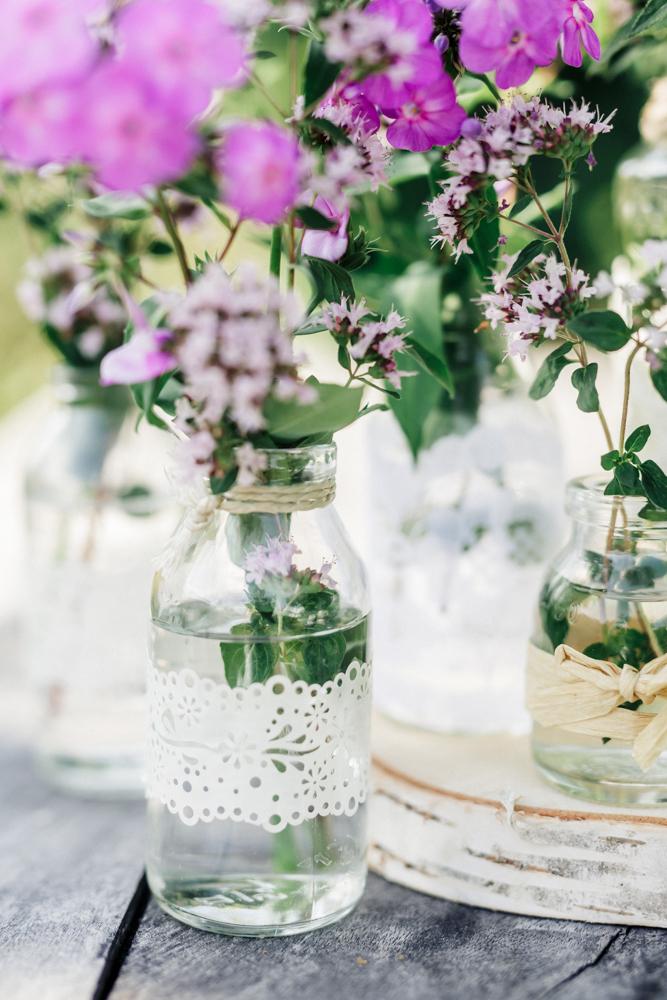Blumen, Fläschchen, Gläschen, Blumenvase, vintagedeko, hochzeitsdekoration, dekorationsverleih, ausgeschmückt, rostock